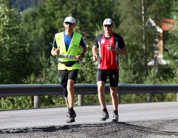 Erik fikk oppmuntrende selskap av Henry Wehder i går. her er de 9 km før Noresund. Foto: Bjørn Hytjanstorp