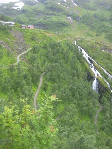 galskap eller ikke. I hvert fall skal løperne opp de knallharde stigningene fra Flåmsdalen til Vatnahalsen. Og da er løpet såvidt begynt... Foto: Frode Monsen stigningene