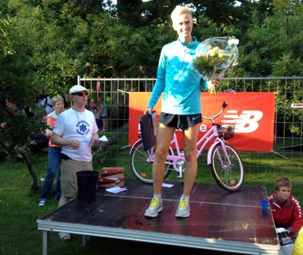 Morten Munkholm på blomsterseremonien etter seier på den tredje av fem etapper på Bornholm. Foto: Sportsmanden/Frode Monsen