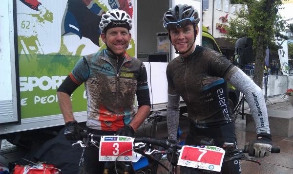 Maraton terrengsykling er et slit og sølete blir man. Men både Greg Saw (t.v.) og Carl Fredrik Hagen smilte bredt etterpå. Foto: Svein Hagen