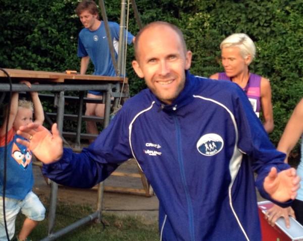 Øystein Mørk ønsker velkommen til det 2. Kraftløpet, i regi av SK Kraft. Overskuddet går til Aktiv mot Kreft. Mørk vant det første løpet og var den eneste som klarte å løpe de 10.5 kilometerne under 40 minutter.  Foto: Frode Monsen