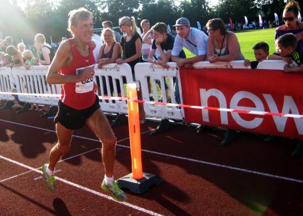 Svein Arne Sølvberg deltok i Etape Bornholm for 9.gang og er allerede påmeldt for sitt 10-år i 2014. De fleste gangene har han vunnet klassen sin. Her spurter han inn til en ny suveren klasseseier på 39.24 på stadion i Rønne, for øvrig 109.beste tid totalt for 64-åringen. Foto: Sportsmanden/Marie Wibe Bakker