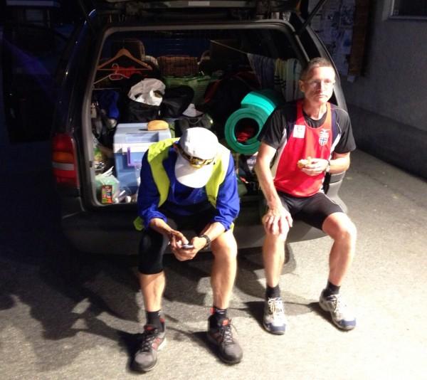 Erik sender sms-rapport til Sportsmanden, mens Henry lurer på hvor han skal overnatte?...  Foto: Tove Nossum