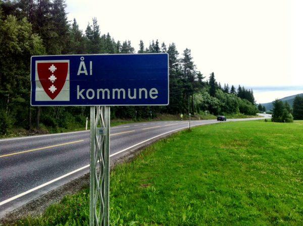 Erik Nossum (skimtes i bakgrunnen i gul jakke) har i formiddag kommet til Ål, og ha da løpt ca 275 km.  Foto: Mottatt av Bjørn Hytjanstorp