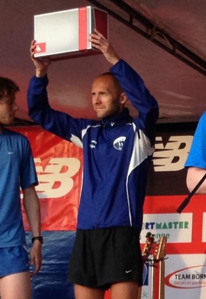 Øystein Mørk kunne juble over rekord og pengepremie. Her jubler han for nye sko, som var premien etter 7.plassen i Etape Bornholm i sommer.