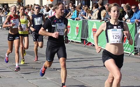 Halvmaratonløperne passerer foran Rådhusplassen etter ca 8 km. Annie Bersagel har kommandoen, men både Veronika Blom og Marthe Myhre følger bare noen meter bak. (Foto: Frode Monsen)