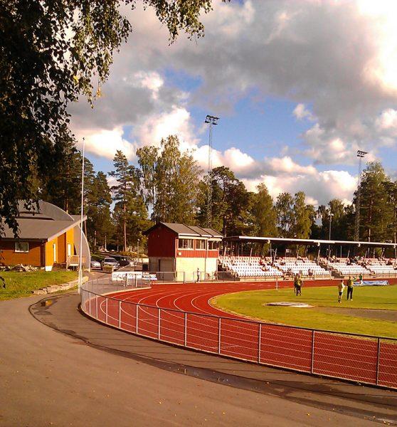 Start og mål er mellom speakerbua (rød) og scenen (til venstre i bildet). Vi løper ikke inne på selve stadion. Foto: Roar Tomter