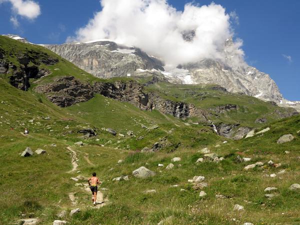 Kilian-Jornet-mot-Matterhorn-bakfra