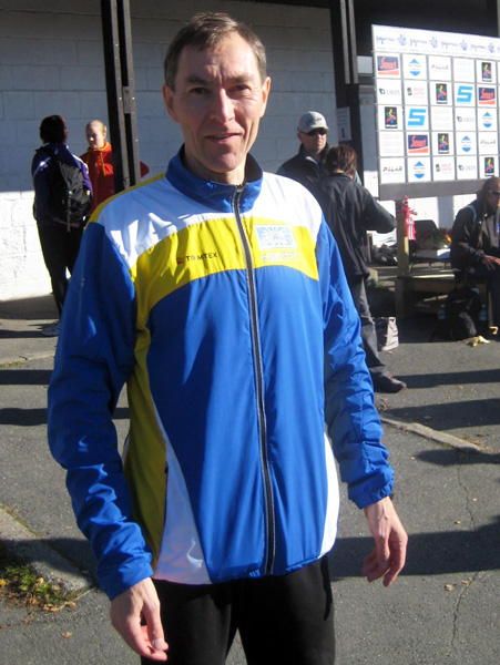 """Løpsleder Hermann Bruun ønsker velkommen til Nøklevann Rundt, som han gjorde i fjor. Da hadde han en """"dobbeltrolle"""", siden han også rakk å løpe selv og var ubeskjeden nok til å vinne den innlagte bakkespurten fra Rustadsaga, et lite, men bratt bakkeløp som en egen konkurranse i konkurransen. Og Bruun har vist enda bedre form i år og løp nettopp Stolzekleiven Opp på sterke 10.16, til 3.plass i klassen, bare 8 sekunder bak klassevinner Brynjulf Vonen. (Foto: Frode Monsen, fra fjorårets Nøklevann Rundt på SportsBloggen)"""