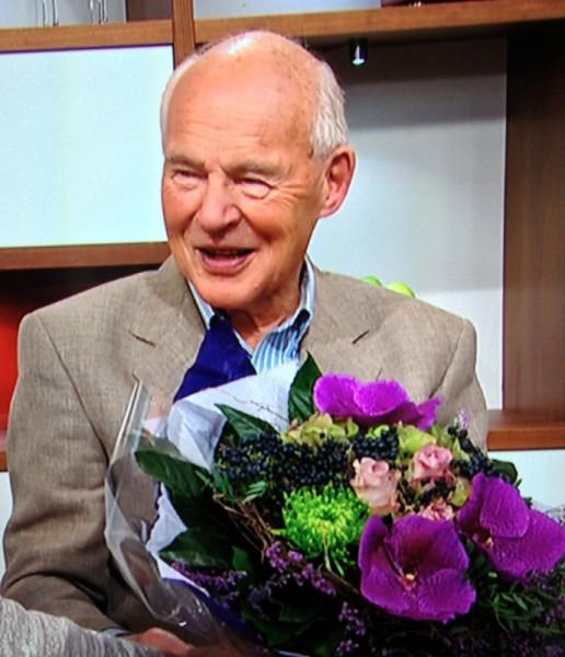 En glad og sprek 80-års jubilant får blomster og hedres i TV2.