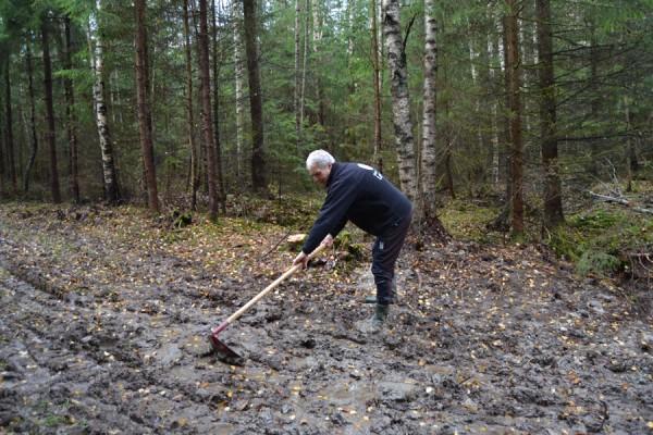 MYE ARBEID: Bjørn Ekornås tar også selv i et tak. Mye skal gjøres før vinteren kommer og frosten tar bakken.