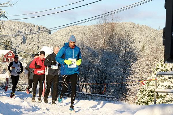 Vinterlige forhold: Bjørn Fretland skimtes som nummer 4 i rekken, som ledes an av halvmaratonløperen Kenneth Christopher-Hope. (Foto: Tom Roger Johansen, Kondis)