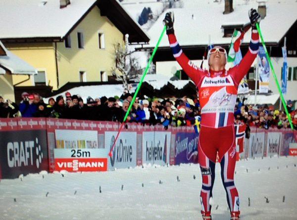 Astrid uhrenholdt Jacobsen jubler over mål etter å ha opprettholdt ledelsen i årets Tor de Ski. (Foto: fra tv-sending)