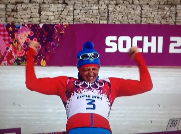 YES, FINALLY I DID IT! Aleksander Legkov jublet hemningsløst da han hadde fått igjen pusten og det gikk opp for han at han endelig hadde tatt en individuell mesterskapsmedalje - attpåtil OL-GULL på hjemmebane på kongedistansen 50 km.