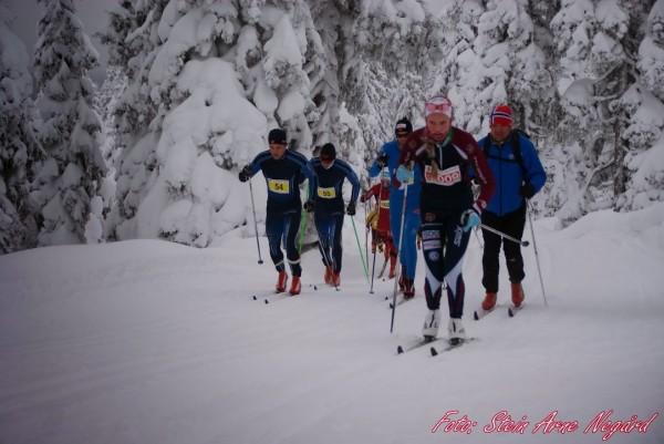 Marius Borger (nr 54, t.v) drar på klubbkamerat Thomas Gjestrumbakken (55) fra Spydeberg IL. Sistnevnte knep seg sekundet foran i mål og ble nr 15 totalt. Foran i bildet og først i det venstre sporet er Aurora Ulsaker Bjørn fra Vang Skiløperforening, 15-åringen som vant damenes 23 km. (Foto: Fra Stein Arne Negård sitt billedgalleri)