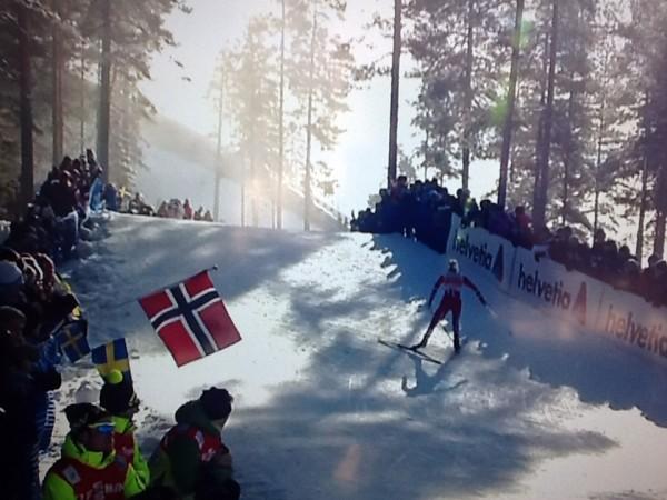 Stemningsfullt og norske flagg da Johaug spratt som en fjellgeit opp mørdarbakken og alle andre bakker i Falun.