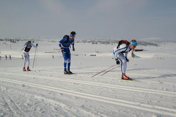 De tre som utgjorde pallen var i tet også ved Kroksjøen etter ca 3,5 km. Morten Eide Pedersen drar hardt foran Rune Børsheim og Morten Aa Djupvik. Foto: Frode Monsen, Sportsmanden.no