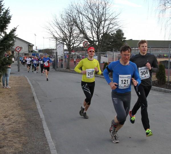 Fjorårets beste løper var Geir Simonsen fra Drøbak, som også vant det første løp fra Ski. Her drar han på Henrik Brøvig (304) og Kjetil Berntzen (255) ut fra Ski stadion. (Foto: Trond T. Hansen)