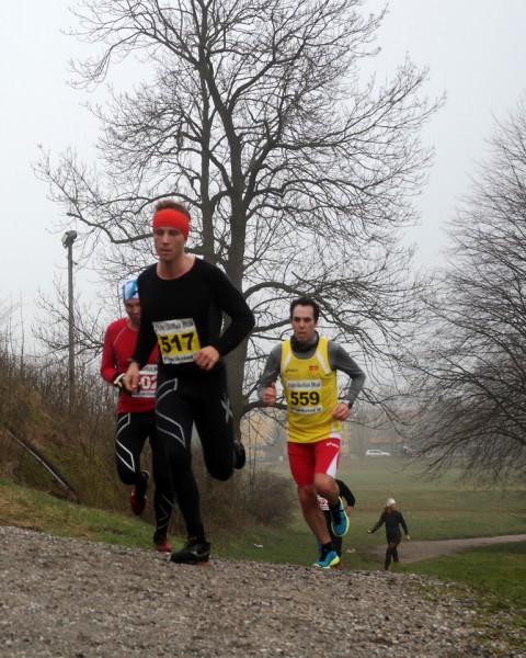 Mads Johansen med Asle Slettemoen på hjul litt før runding halveis på halvmaraton. (Foto: Frode Monsen)