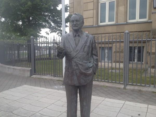 Rett før målgang, foran Die Presidentin des Landtags Nordrheim Westfalen som Düsseldorf er hovedstad i. stod denne statuen av den tidligere tyske presidenten Johannes Rau.