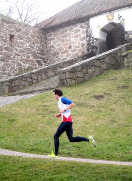 Løpet gikk i fine omgivelser like nedenfor festningen ved gamlebyen. Håkon Raadal Bjørlo fra Halden Skiklubb ble nr 6 på 16.41.