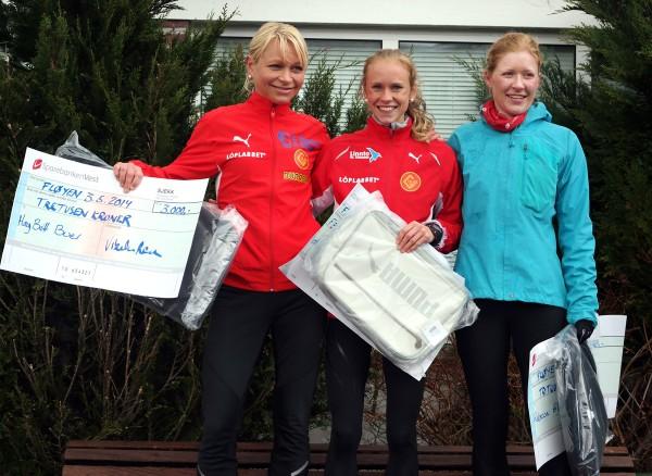 Seierspallen for damer. Vinneren Karoline Finne flankeres av May Britt Buer (t.v.) og Rebecca Louise Hilland (Foto: Frode Monsen)