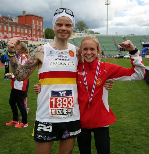 Sterke og glade bergensløpere: Bjørn Tore med Karoline Finne, sølvvinner på Gulars lag som forrige helg vant Fløyen Opp i Bergen.