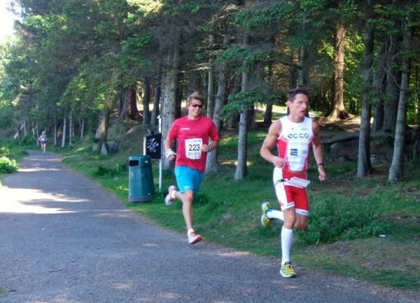 Irek Korfini fra Haugesund Triathlonklubb kjørte knallhardt fra start og selv om vinneren Håvard Austevoll her følger på med et smil, så ledet Korfini med hele 54 sekunder etter 10 km som ble passert på raske 35.57.
