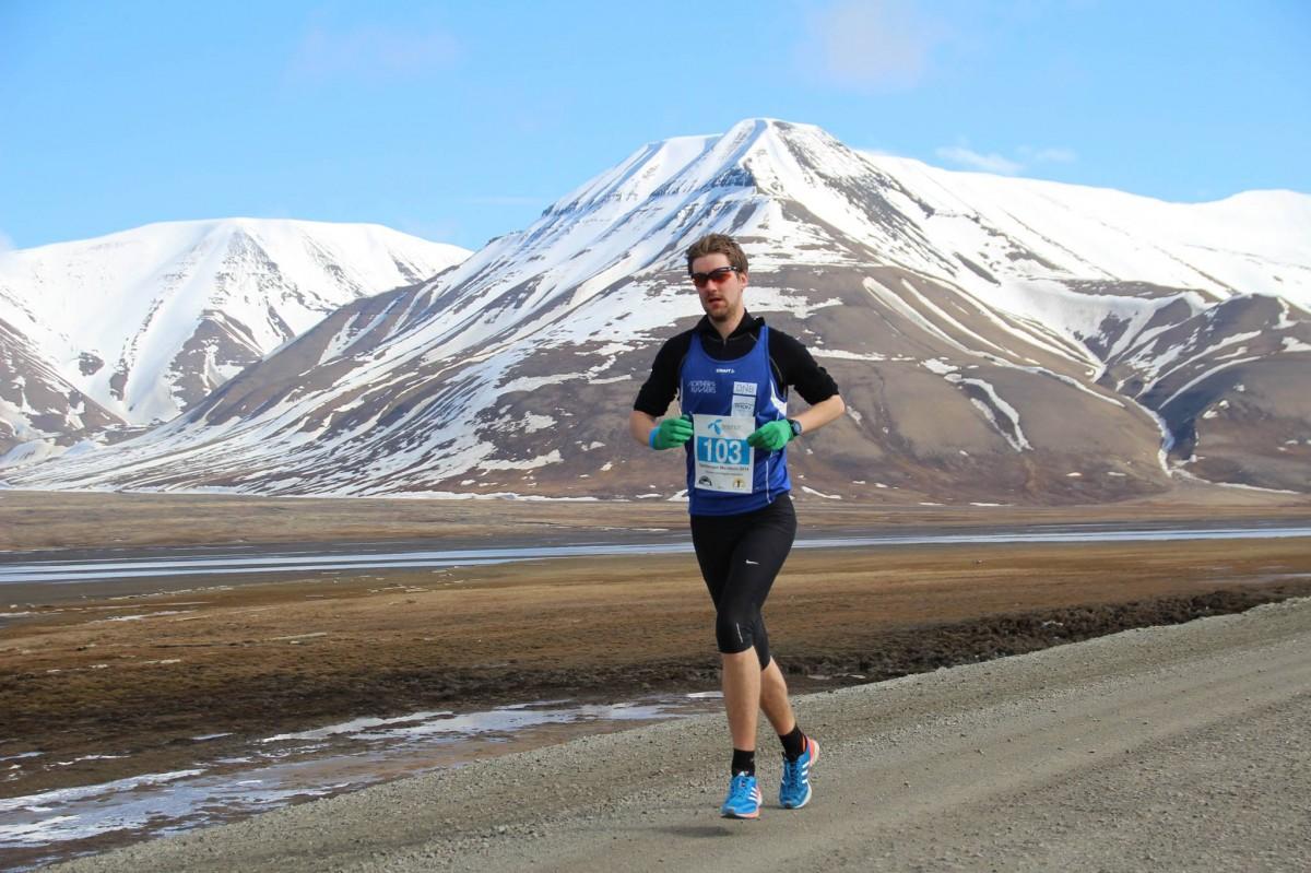 Sindre Torp på vei mot sin første totalseier i et løp. Og hvilke omgivelser å gjøre det i!  (Foto: Longyearbyen fotoklubb)