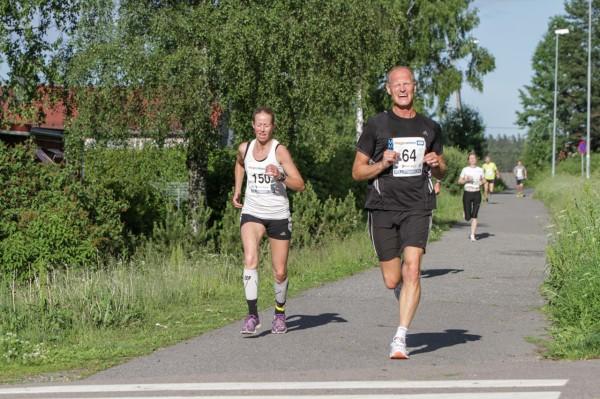 Damevinner for 5.gang på 5 forsøk i år; Stine Aarstad fra Ås IL, som får god pes av hjemmeløper Jan Erik Thoresen fra Oppegård IL.