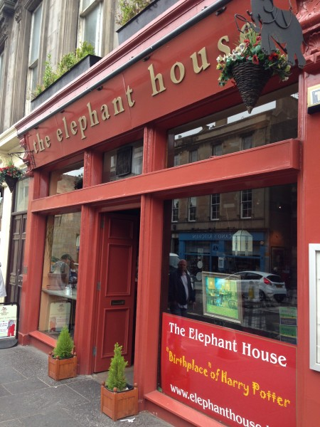 """Birthplace"" of Harry Potter står det på vinduet utenfor caféen the Elephant House."