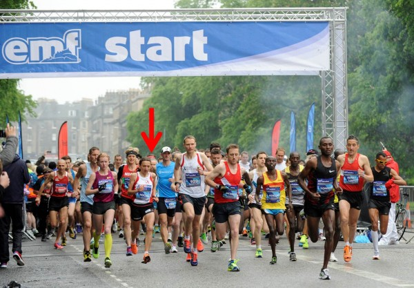 Startskuddet går i London Road – undertegnedes røde bandana skimtes så vidt i mylderet av løpskåte maratonere!