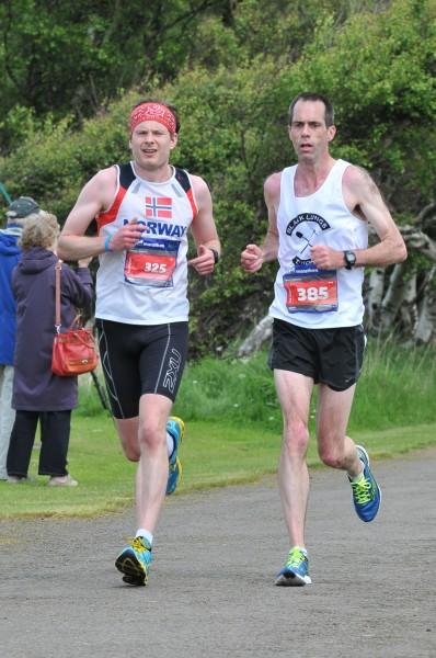 Ved Mile 18 og i duell med David Hiddleston – en seig kar jeg sliter med under store deler av løpet. Etter ca 35 km må jeg dessverre slippe han for godt. Han vinner til slutt klassen 45-49 år på tiden 2:43:43.