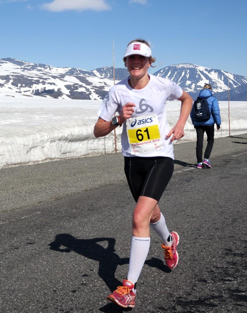 Tonje Brande fra Ålesund FIK er første kvinne over Valdresflya og vinner også i mål på 3.20.20.