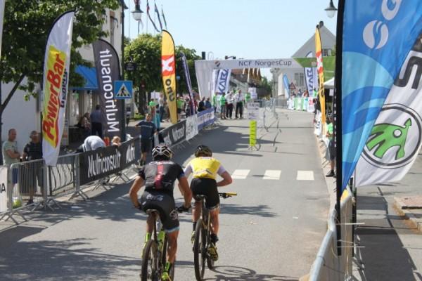 Håkon Austad og Carl Fredrik Hagen alene i tet ut på andrerunden. (Foto: NCF)