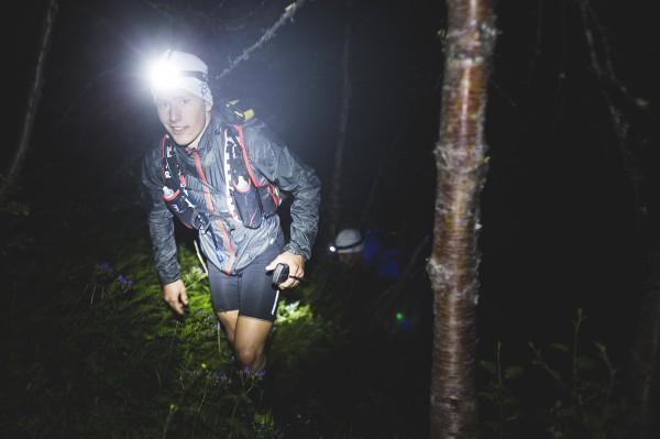 Hodelykt er naturligvis påbudt å ha med i sekken. Her løpes det om natten også. Foto: Mats Grimseth
