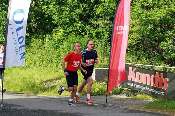 Johan S Roald og Per Gustav Blom passerer målområdet etter snaue 2 km