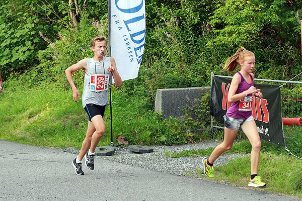 Unge Adele Henriksen fra Loddefjordløperne har løpt fortere og fortere utover i karusellen. Her følges hun av Jan Jakobsen.