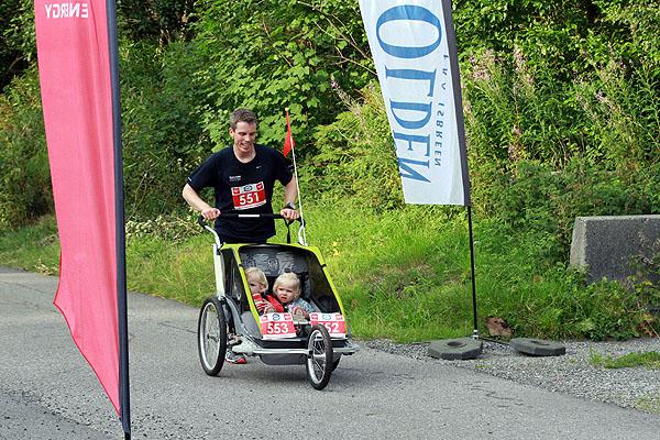 Øyvind Loftås er en habil løper. Denne gangen tok han med sine Oliva Hansen og Maia Loftås på en luftig løpetur.