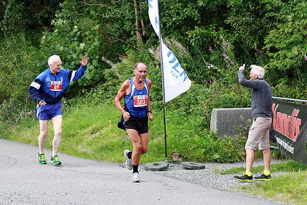 Jacob Eirik Lothe hilser på Helge Brekke. Rett foran ligger Arthur Lillefosse som deltar på de fleste lokale mosjonsløp.