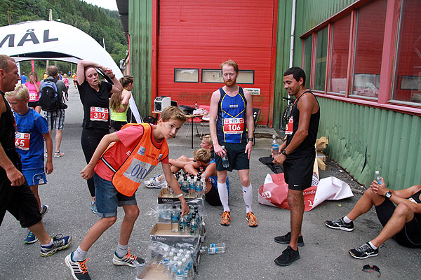 Olden er sponsor av drikke til tørste løpere i sommervarmen