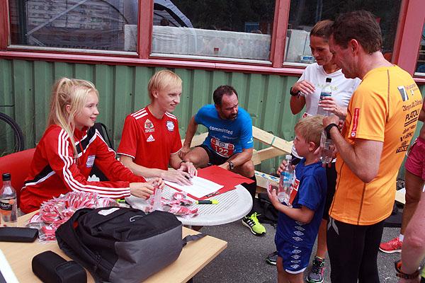 Anna Serine Røssland sammen med broder og trener Ole Martin stod for utdeling av Sommerkarusellmedaljen. Duoen er akkurat kommet hjem etter junior VM der Anna Serine løp 3000 m hinder.