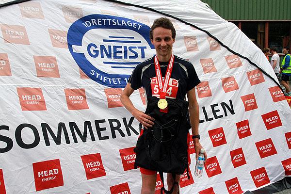 Anders Staude med Sommerkarusellens gullmedalje samt sponsorpremier etter dagen seier.