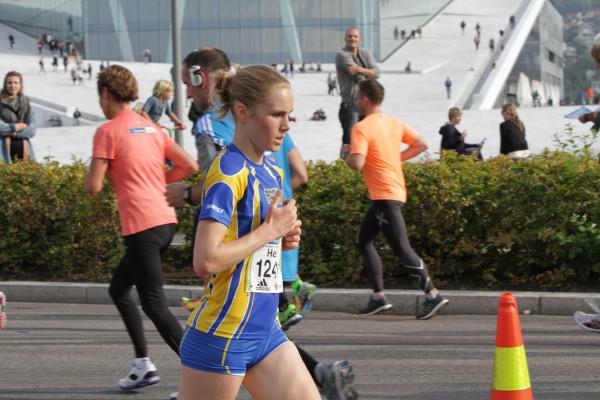 Heidi Pharo med sterk seier i Oslo Halvmaraton, med Operaen som kulisse. Foto: Trond T. Hansen / sportsmanden.no