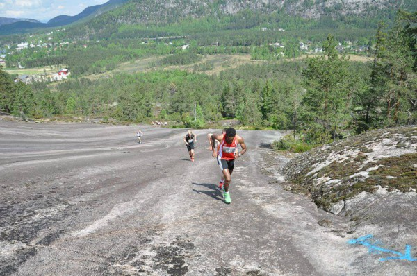 De første 500 meter ved foten av Skuggenatten er knallharde med 20 prosent stigning, mens resten er variert. Her er Tomas Bereket og Torstein Tengsareid