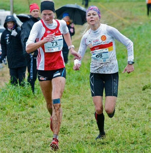 SØLVJENTER: I NM for et par uker siden var det en tøff duell om seieren mellom Marthe Katrine Myhre (t.v.) og Kirsten Marathon Melkevik. Begge fikk det litt tyngre i lahti, men var med på å sikre sølv til Norge i lagkonkurransen. Foto: Jørgen Pettersen