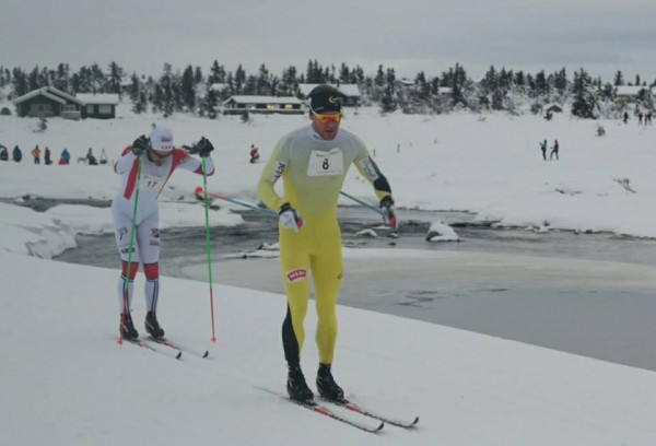 Øystein Pettersen staket seg til seier på blanke ski. Her etter vel 19 km med Hans Christer Hollund på bakskiene.