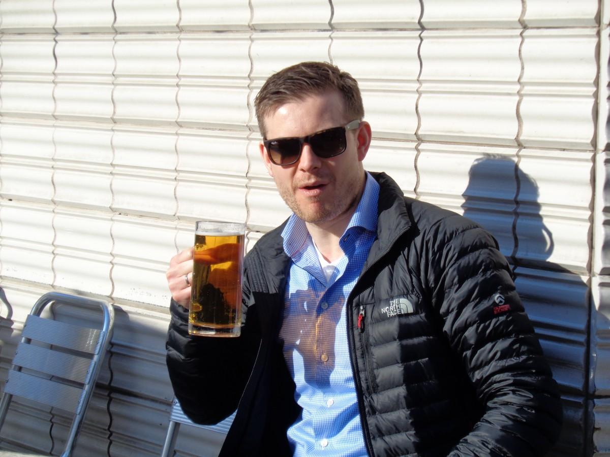 """""""B-B-B-B-B - Bad to the Bone….."""" Det får være måte på skinnhellighet også så oppholdet avsluttes med en rampete (ooooooohhh!) """"frokost-Estrella"""" i solveggen på turistfella Cafe Zurich. 48 magiske timer i Barcelona er historie – nå vendes nesen mot 10 Miles-debuten i Edinburgh sammen med mine gode venn Morten:)"""