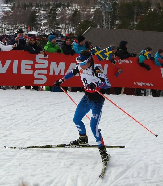 Finske Kerttu Niskanen passerer like bak, men kniper fjerdeplassen i mål på Lugnet skistadion, som skimtes i bakgrunnen lenger nede.