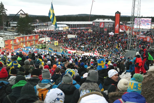 Var det trangt om plassen under løpet, var det ingenting mot køen på vei ned til Lugnet skistadion etterpå. Men med norsk dobbeltseier i bagasjen, gjorde det ingen verdens ting.